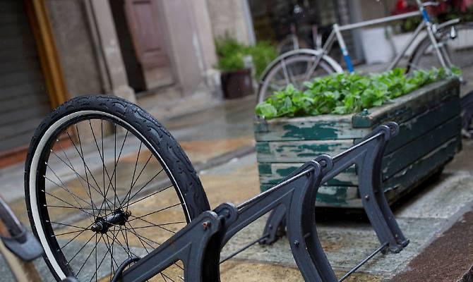 Come non legare una bici ad una rastrelliera